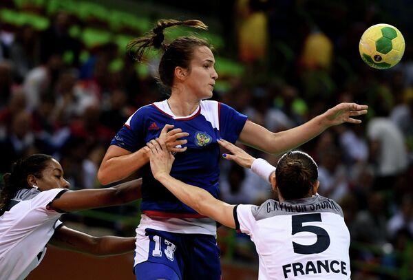 Игрок сборной Франции Эстель Нзе Минко, игрок сборной России Анна Вяхирева и игрок сборной Франции Камиль Айглон (слева направо)