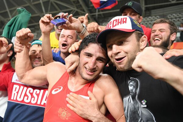 Абдулрашид Садулаев с болельщиками сборной России по борьбе