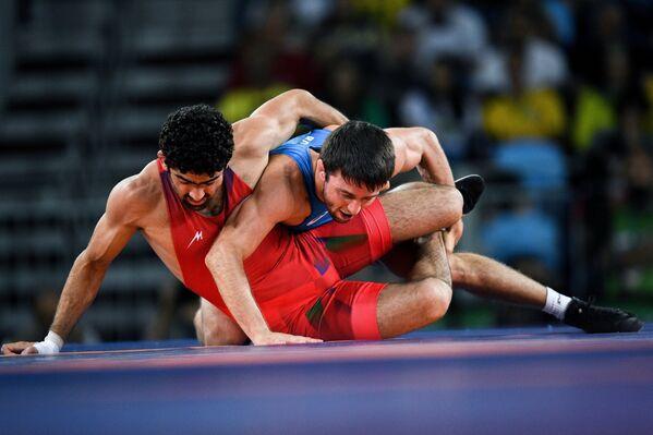 Тогрул Асгаров (Азербайджан) (слева) и Сослан Рамонов (Россия)