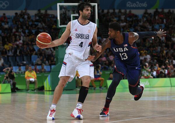 Защитник сборной Сербии Милош Теодосич (слева) и форвард сборной США Пол Джордж