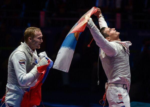 Спортсмены сборной России по фехтованию Артур Ахматхузин и Тимур Сафин (слева направо)