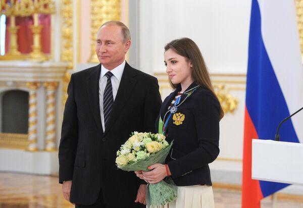 Президент РФ Владимир Путин и серебряный и бронзовый призер по спортивной гимнастике Алия Мустафина