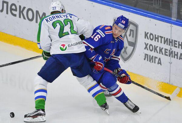 Защитник Салавата Юлаева Константин Корнеев (слева) и форвард СКА Сергей Плотников