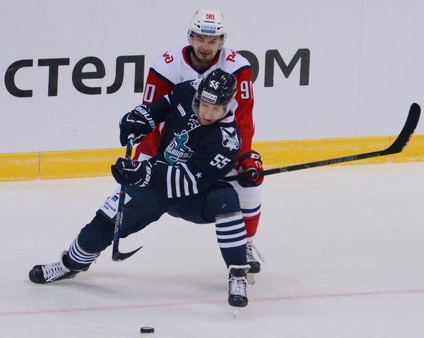 Нападающие ХК Адмирала Роберт Саболич (на первом плане) и Локомотива Андрей Локтионов