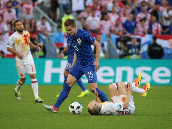 Полузащитник сборной Хорватии Марко Рог (на первом плане)