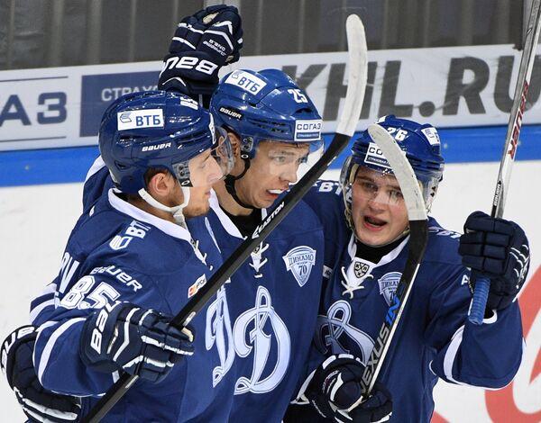 Хоккеисты Динамо Алексей Маклюков, Ансель Галимов, Дмитрий Марковин (слева направо)