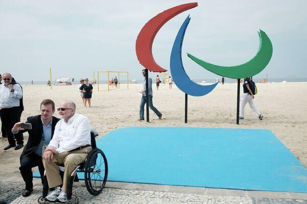 Президент IPC Филип Крэйвен (на первом плане) на пляже в Рио-де-Жанейро