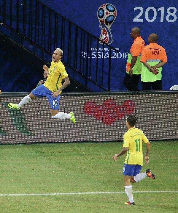 Нападающий сборной Бразилии по футболу Неймар (слева)