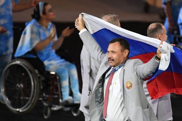 редставитель паралимпийской сборной Белоруссии с флагом России