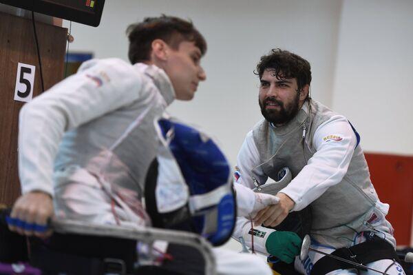 Спортсмен Роман Федяев (справа)