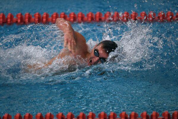 Спортсмен во время заплыва на Всероссийских паралимпийских соревнованиях в олимпийском центре Озеро Круглое