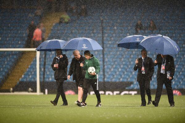 Инспекторы на стадионе Манчестер Сити принимают решение об отмене матча Лиги чемпионов из-за погодных условий