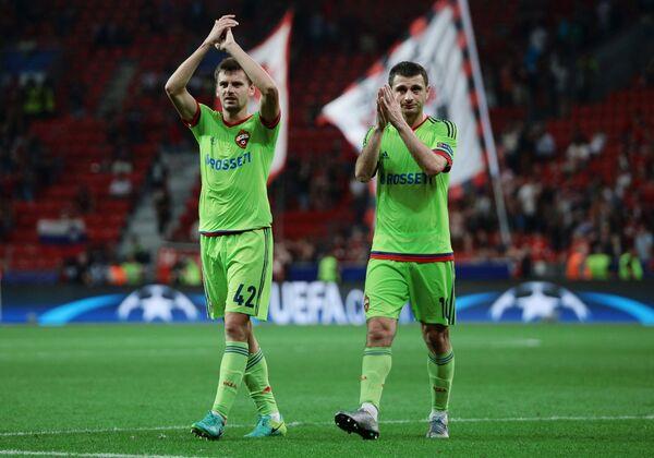 Футболисты ЦСКА Георгий Щенников и Алан Дзагоев (справа)