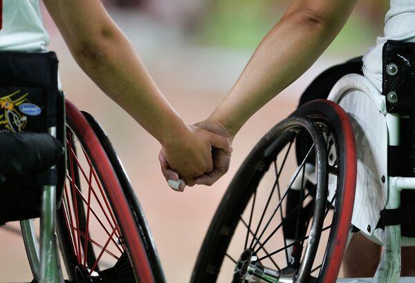 Игроки сборных Канады и КНР перед началом матча турнира по баскетболу на колясках на Паралимпийских играх