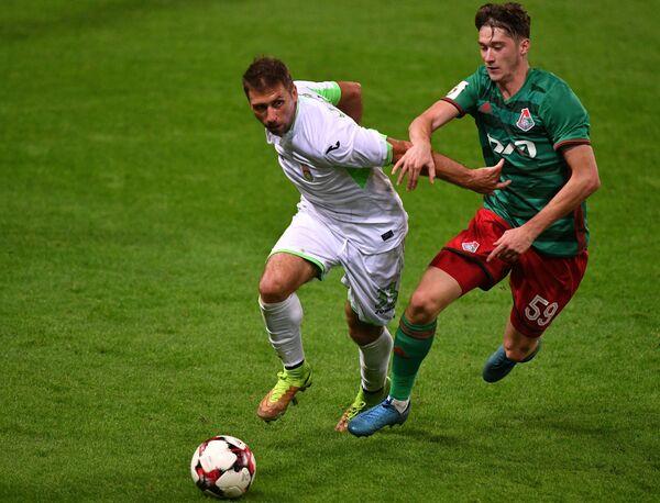 Защитник Уфы Александр Сухов (слева) и полузащитник Локомотива Алексей Миранчук