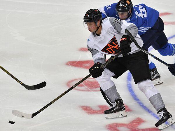Форвард сборной Северной Америки U23 Джек Айкел (слева) и нападающий сборной Финляндии Валттери Фильппула