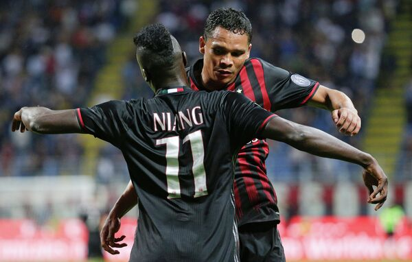 Футболисты Милана Карлос Бакка (справа) и М'бай Ньянг