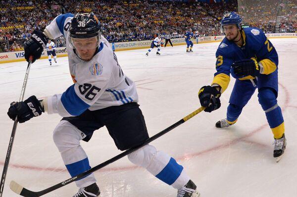 Форвард сборной Финляндии Юсси Йокинен и защитник сборной Швеции Оливер Экман-Ларссон (справа)