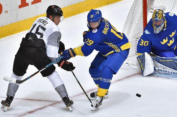 Форвард сборной Северной Америки U23 Джек Айкел и хоккеисты сборной Швеции Никлас Бекстрём, Хенрик Лундквист (слева направо)