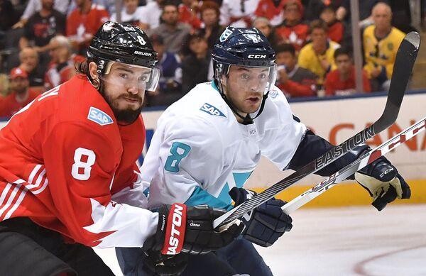 Защитник сборной Канады Дрю Даути и форвард сборной Европы Тобиас Ридер (справа)