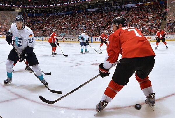 Форвард сборной Европы Леон Драйзайтль и защитник сборной Канады Джейк Маззин (справа)