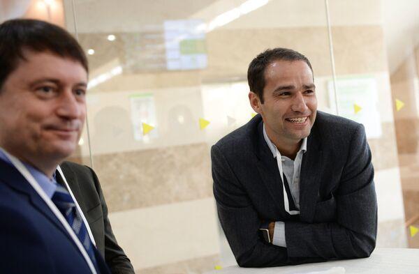Бывший капитан национальной сборной России по футболу Роман Широков (справа)