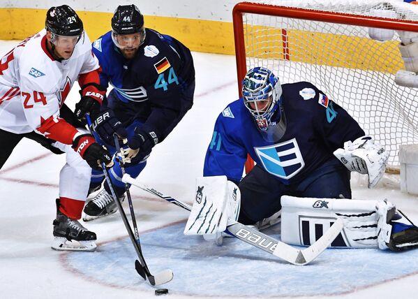 Нападающий сборной Канады Кори Перри, защитник сборной Европы Деннис Зайденберг и вратарь сборной Европы Ярослав Галак (слева направо)