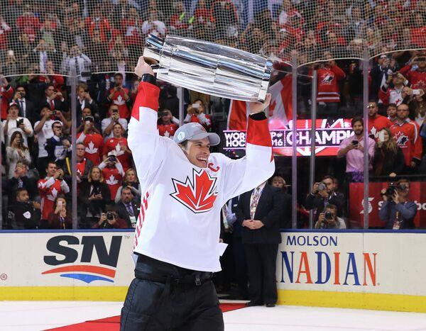 Нападающий сборной Канады Сидни Кросби с Кубком мира