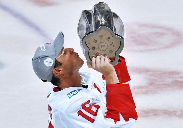 Нападающий сборной Канады Джонатан Тэйвз радуется победе