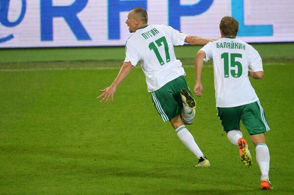 Футболисты Томи Алексей Пугин (слева) и Евгений Баляйкин