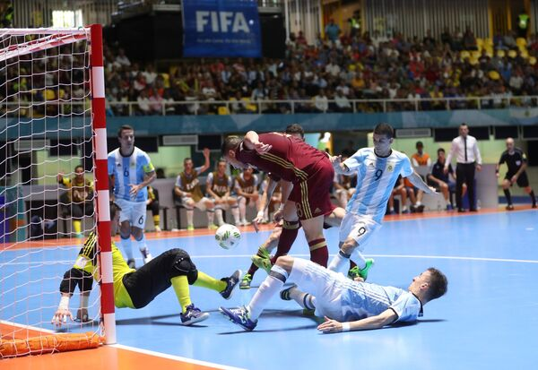 Нападающий сборной России Эдер Лима (в центре) в финальном матче чемпионата мира по мини-футболу