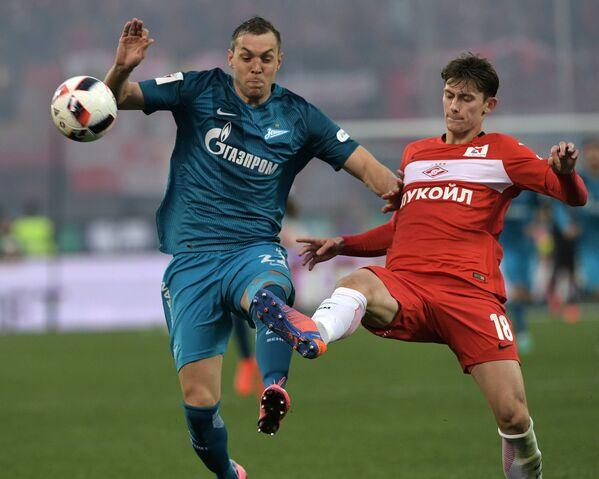 Нападающий Зенита Артём Дзюба (слева) и защитник Спартака Илья Кутепов
