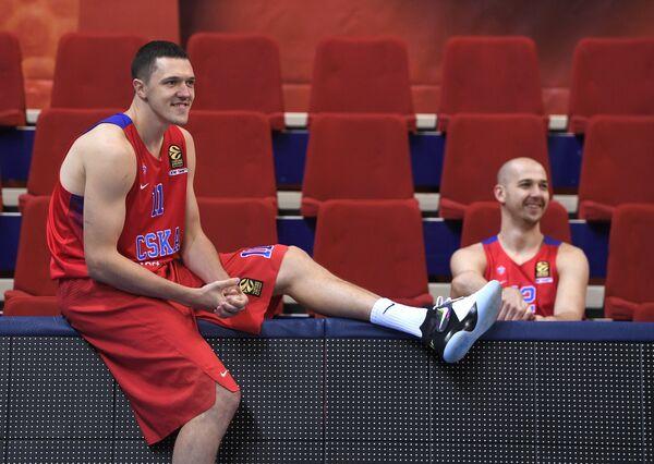 Баскетболисты ЦСКА Семен Антонов (слева) и Павел Коробков