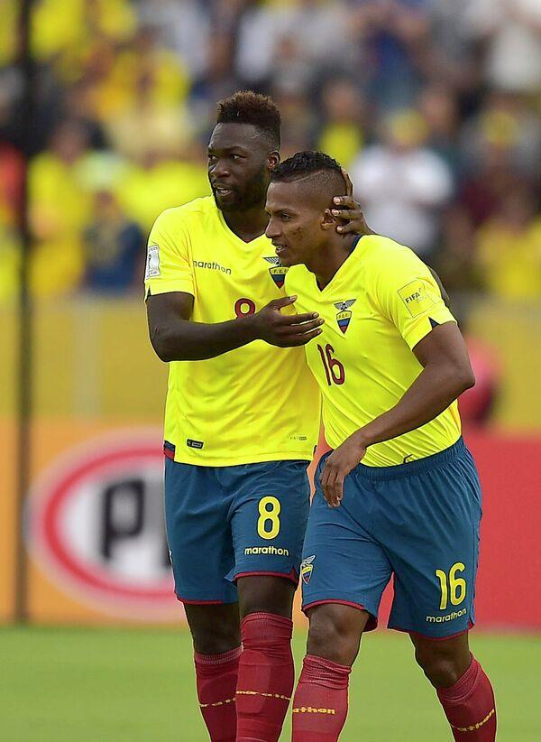 Футболисты сборной Эквадора Фелипе Кайседо (слева) и Антонио Валенсия
