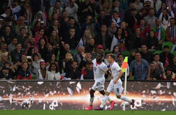 Футболисты сборной Коста-Рики Хоэль Кэмпбелл (слева) и Брайан Овьедо радуются забитому голу