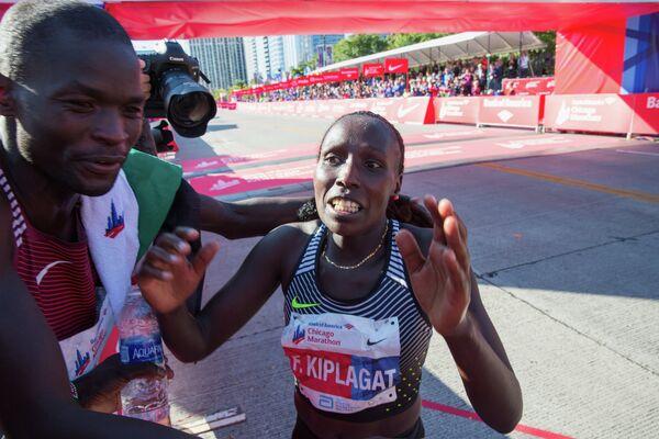 Победители Чикагского марафона кенийские бегуны Абель Кируи и Флоренс Киплагат (слева направо)