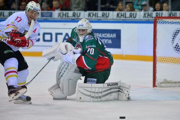 Форвард Куньлуня Чад Ро (слева) и вратарь Ак Барса Станислав Галимов