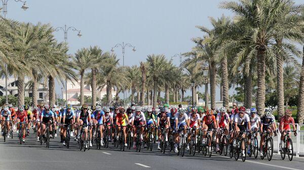Спортсмены во время соревнований по велоспорту на шоссе