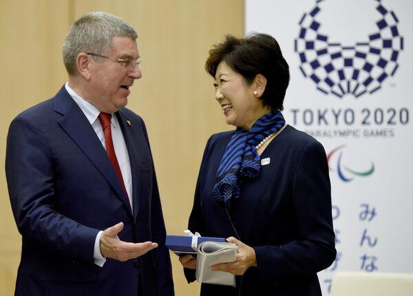 Глава Международного олимпийского комитета (МОК) Томас Бах и губернатор Токио Юрико Коикэ