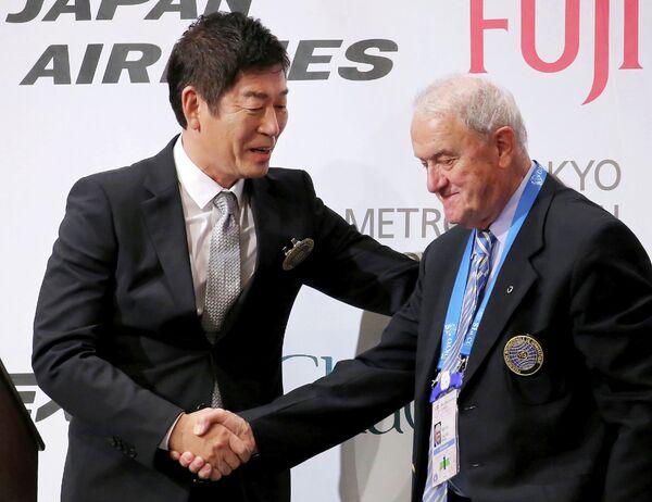 Генеральный секретарь Японской ассоциации гимнастики Моринари Ватанабэ (слева)