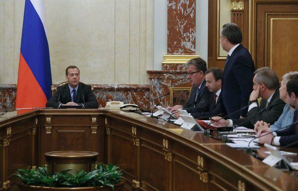 Дмитрий Медведев проводит заседание кабинета министров РФ в Доме правительства РФ. Четвертый справа - назначенный заместителем председателя правительства РФ Виталий Мутко