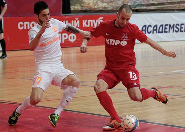 Игровой момент матча чемпионата России по мини-футболу КПРФ - Сибиряк