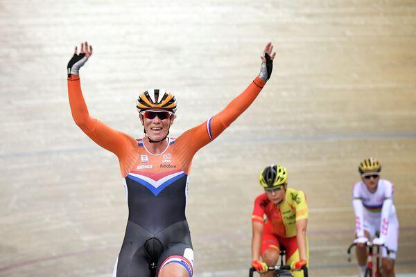 Голландская велогонщица Кирстен Вилд (на первом плане) после победы в гонке по очкам на чемпионате Европы по велоспорту на треке