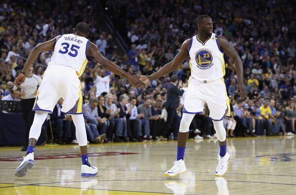 Баскетболисты Голден Стэйт Кевин Дюрэнт (слева) и Дрэймонд Грин