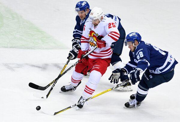 Нападающие Динамо Денис Кокарев, Йокерита Пекка Йормакка и Динамо Артём Фёдоров (слева направо)