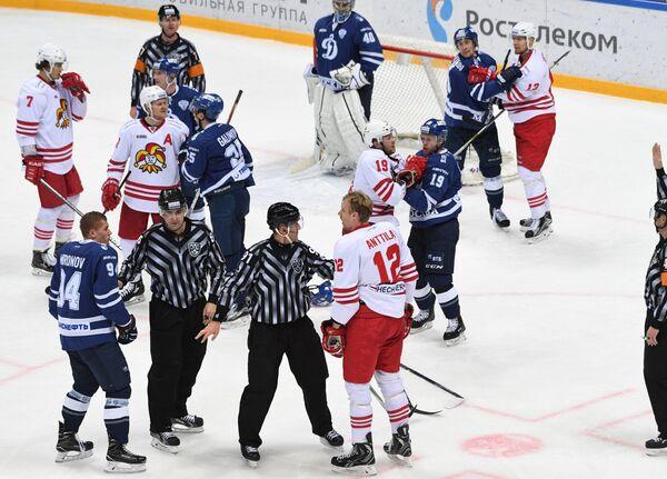 Хоккеисты Динамо (Москва) и Йокерита