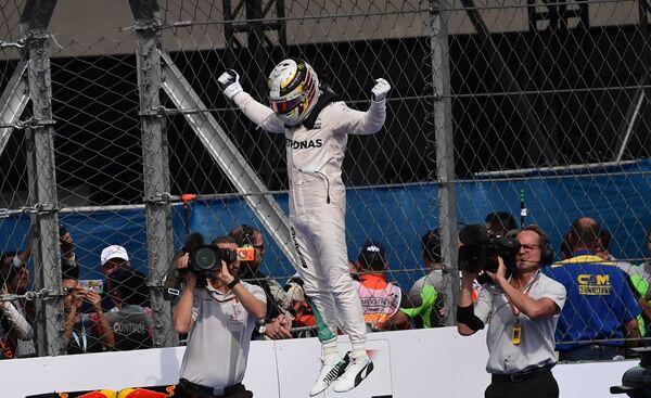 Пилот Мерседеса Льюис Хэмилтон после победы на Гран-при Мексики
