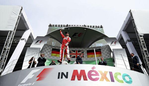 Пилот Феррари Себастьян Феттель на подиуме Гран-при Мексики