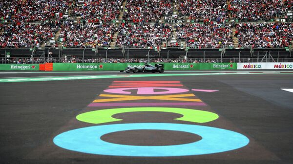Пилот Мерседеса Льюис Хэмилтон на дистанции Гран-при Мексики