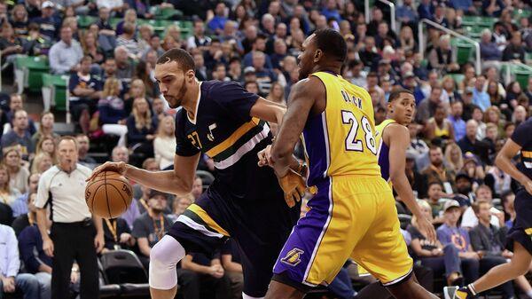 Центровой клуба НБА Юта Джаз Руди Гобер (слева)